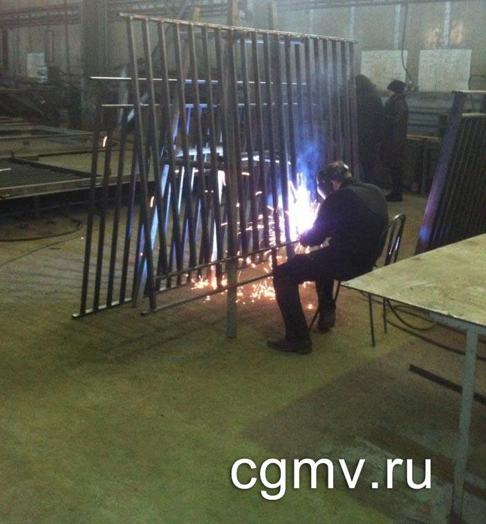 фото 1. Сварка металлического забора в цеху ВВМ